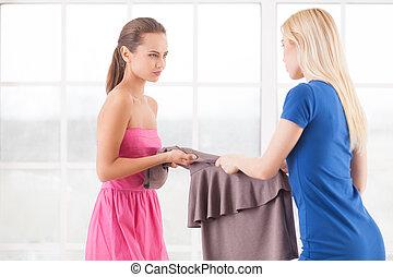 esto, vestido, es, mine!, dos, enojado, mujeres jóvenes,...
