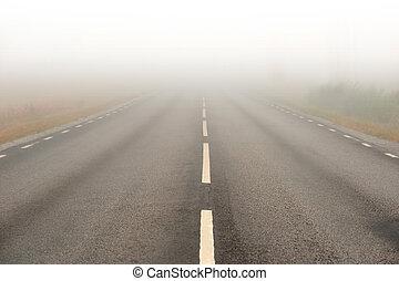estrada asfalto, em, névoa pesada