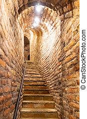 estrecho, escalera, en, viejo, sótano, con, paredesde ladrillos