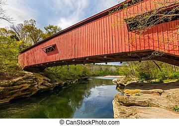 estrecho, puente cubierto