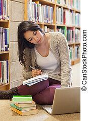 estudante, biblioteca, trabalhando, chão