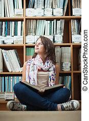 estudante, chão, sentando, contra, pensativo, livro, biblioteca, femininas, estante