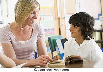 estudante, classe, livro leitura, com, professor