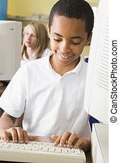 estudante, computador, terminal, digitando, com, estudante, em, fundo, (selective, focus)