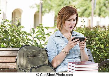 estudante, impressionado,  texting, jovem, célula, telefone, exterior, femininas
