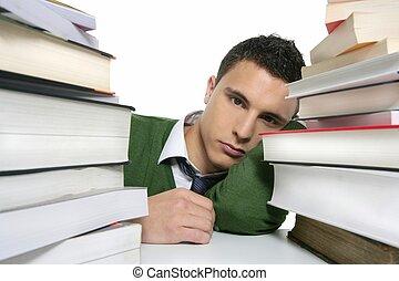 estudante, livros, empilhado, jovem, infeliz