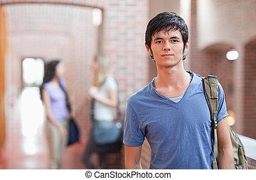 estudante masculino, posar