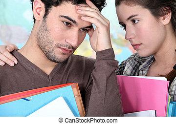 estudante, oferecendo, apoio, para, um, cansado, amigo