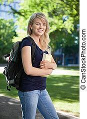 estudante universitário, com, livro, e, saco