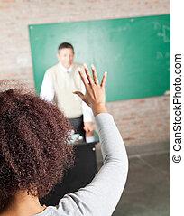 estudante universitário, levantando mão, para, resposta, em, sala aula