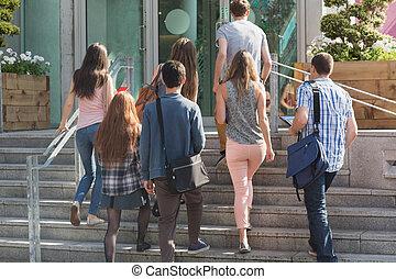 estudantes, andar, exterior, conversando, feliz