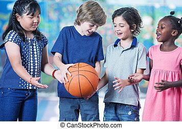 estudantes, baske, primário, afroamerican, asiático, caucasiano, tocando