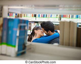 estudantes, beijando, biblioteca