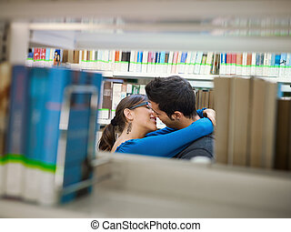 estudantes, beijando, em, biblioteca