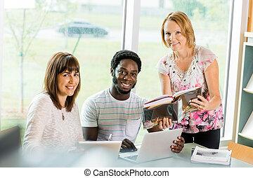 estudantes, bibliotecário, ajudar, faculdade, biblioteca