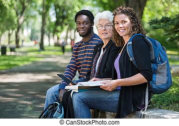estudantes, campus universidade, multiethnic, sentando