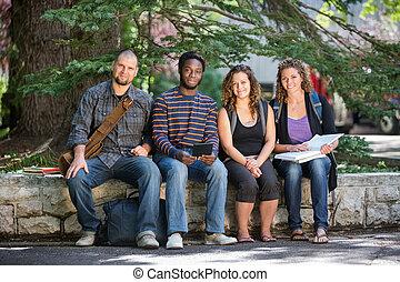 estudantes, campus universidade, parapet, sentando