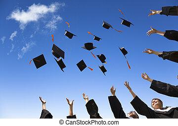 estudantes, chapéus, graduação, ar, celebrando, jogar