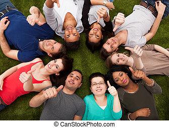 estudantes, cima, enquanto, faculdade, polegares, capim, gesticule, mentindo