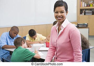 estudantes, classe, escrita, com, professor, em, primeiro plano, (selective, focus)