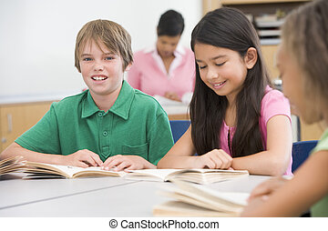 estudantes, classe, leitura, com, professor, em, fundo, (selective, focus)