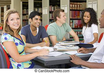 estudantes colégio, estudar, junto, em, um, biblioteca