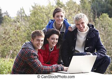 estudantes, com, computador laptop