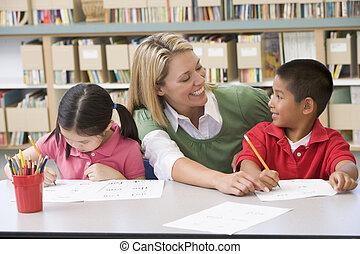 estudantes, dois, classe, ajudando, escrita, professor