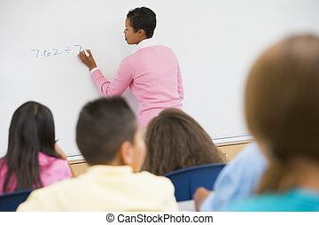 estudantes, em, matemática, classe, com, professor, escrita, ligado, frente, tábua, (selective, focus)