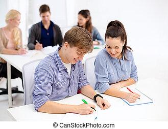 estudantes, escola, cadernos, sorrindo