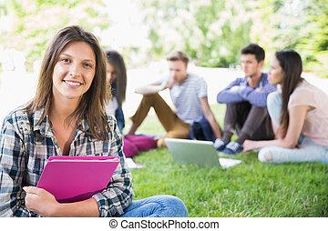 estudantes, exterior, feliz, campus, sentando