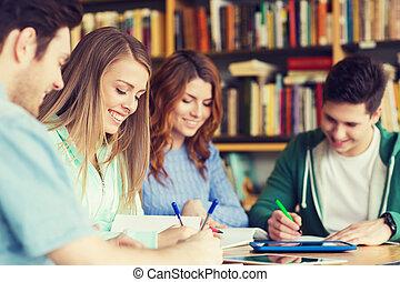 estudantes, feliz, cadernos, biblioteca, escrita