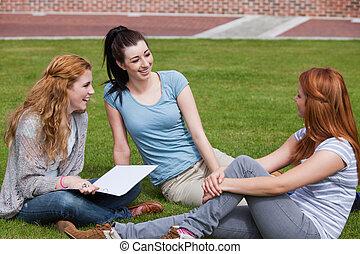 estudantes, feliz, junto, sentando