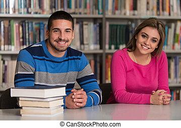 estudantes, grupo, jovem, biblioteca, sentando