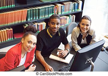 estudantes, jovem, biblioteca, confiante, computador, usando