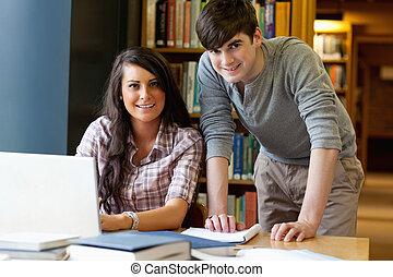 estudantes, junto, laptop, jovem, trabalhando