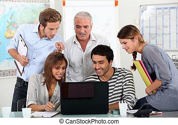 estudantes, laptop, professor, computador, vídeo, mostrando