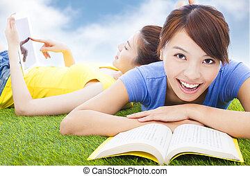 estudantes, livros, bonito, gramado, sorrindo, mentindo