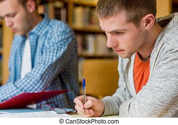 estudantes, notas, jovem, biblioteca, escrivaninha escrito, macho