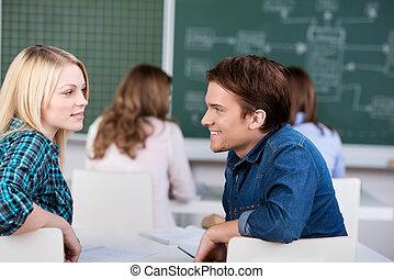 estudantes, olhando um ao outro, com, colegas, em, fundo