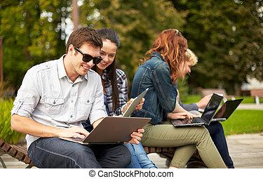 estudantes, ou, adolescentes, com, computadores laptop