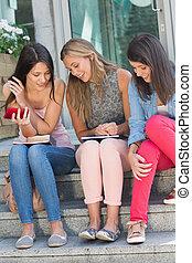 estudantes, passos, feliz, conversando, sentando