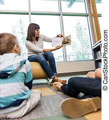 estudantes, quadro, mostrando, livro, professor