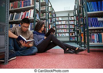 estudantes, sentando, livros, leitura, chão