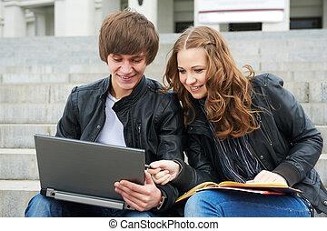 estudantes, sorrindo, dois, jovem, ao ar livre