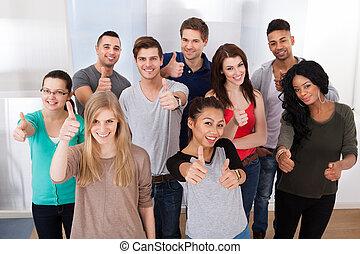 estudantes, universidade, cima, confiante, polegares, gesticule