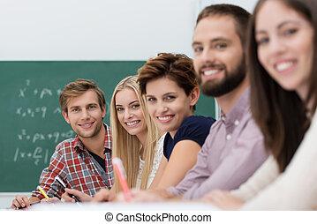 estudantes, universidade, contente, feliz