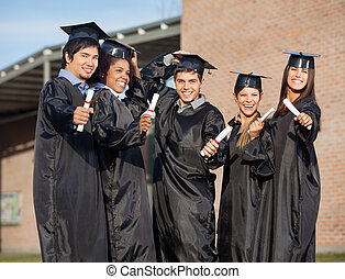 estudantes, universidade, graduado, segurando, certificados, campus