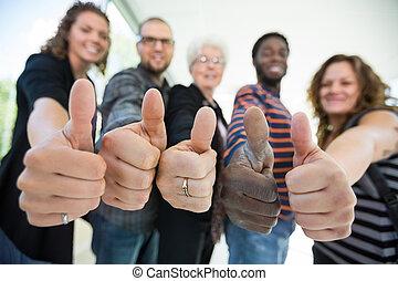 estudantes, universidade, thumbsup, multiethnic, gesticule
