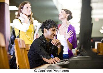 estudantes, usando computador, faculdade, biblioteca